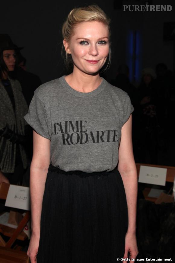 Rodarte.    Kirsten Dunst est une grande admiratrice du travail des soeurs Mulleavy et de leur marque Rodarte. Au premier rang de leur dernier défilé, elle a d'ailleurs tenu à exprimer son amour pour leurs créations sur un t-shirt et en français !