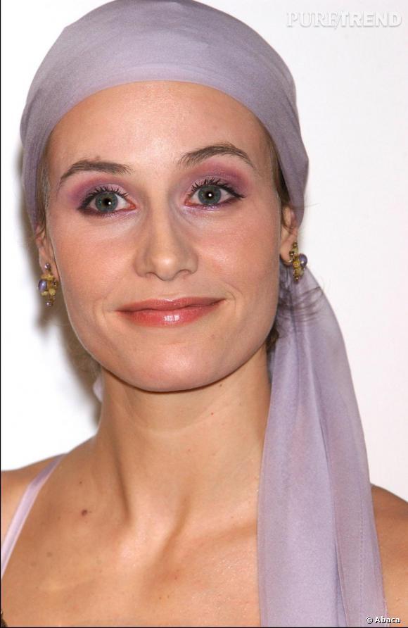 Adepte des foulards, Cécile de France essaye de trouver son style.