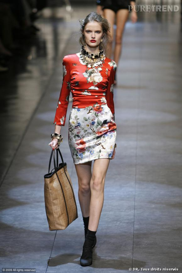 Défilé Dolce & Gabbana Printemps-Eté 2010       Un ensemble coloré, parsemé de rose pour une allure glamour. Plastron et lèvres rubis, qui a dit que les fleurs étaient réservées aux petites filles?