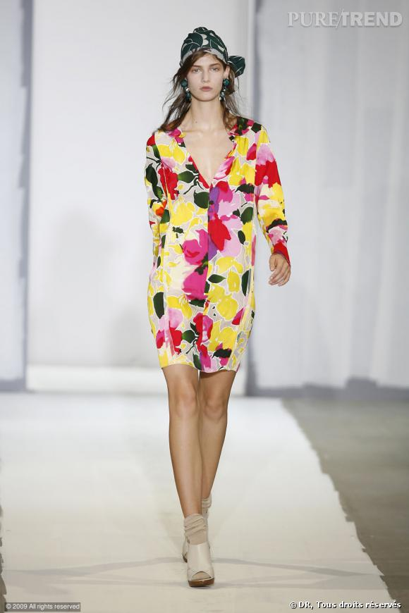 Défilé Marni Printemps-Eté 2010       Une robe aux fleurs fluos, un foulard dans les cheveux, le tout donne des airs de gipsy-chic.