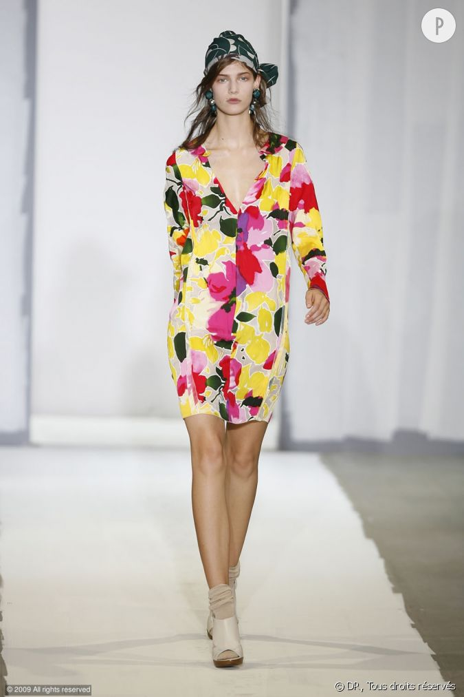 d fil marni printemps et 2010 une robe aux fleurs fluos un foulard dans les cheveux le tout. Black Bedroom Furniture Sets. Home Design Ideas
