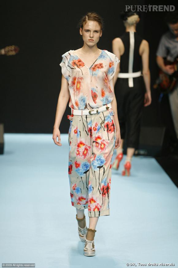 Défilé Gaspard Yurkievich Printemps-Eté 2010       Des imprimés bucoliques chez Gaspard Yurkievich qui associe les fleurs à la transparence sur la blouse. Un look véritablement arty-chic.