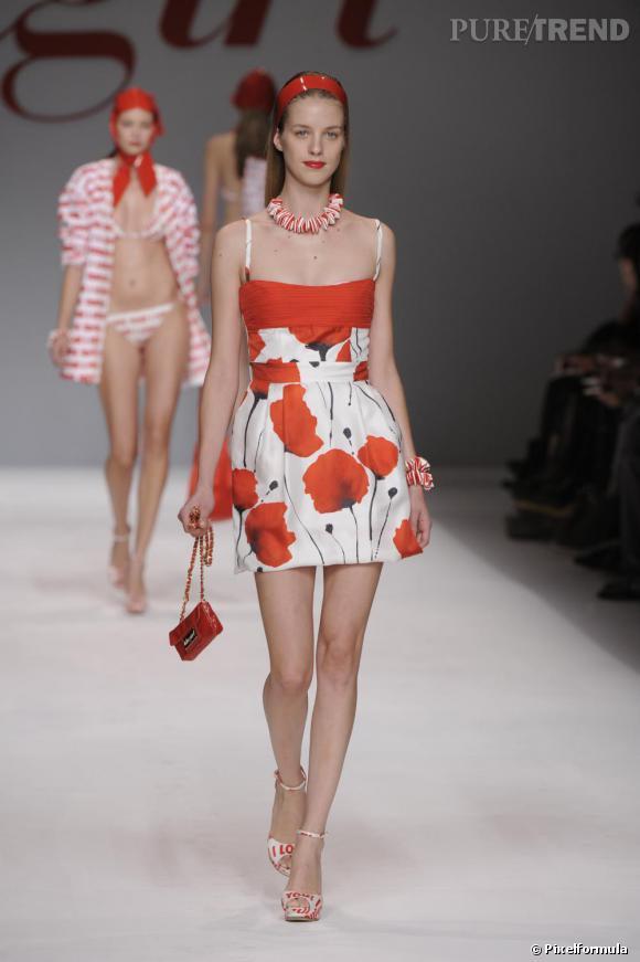 Défilé Blugirl Printemps-Eté 2010       Des coquelicots sur une mini robe qui donne des allures de bay-doll.