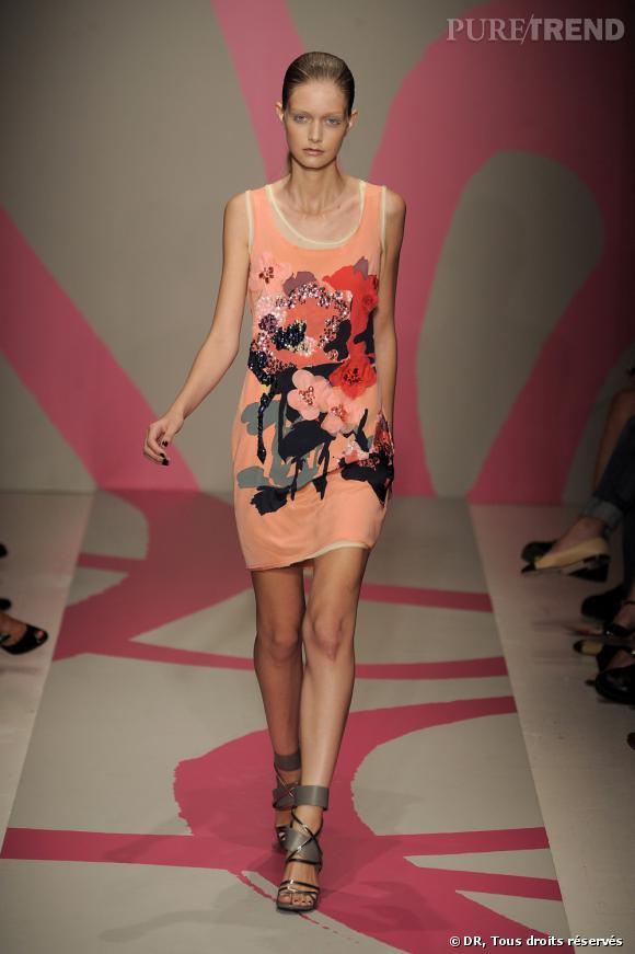 Défilé DKNY Printemps-Eté 2010       Quand les paillettes rencontrent les fleurs brodées, voilà un bouquet qui sent bon l'été. Une robe débardeur nude réhaussée par des fleurs tropicales pour les party-girls.