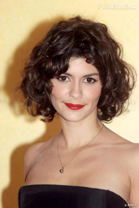 Les cheveux bouclés donne du piquant à la personnalité d'Audrey Tautou ! Irristible avec ce rouge à lèvres carmin.