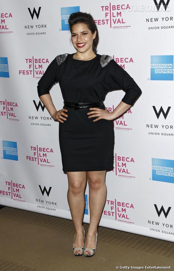America Ferrera très chic dans une petite robe noire à manches chauve-souris.