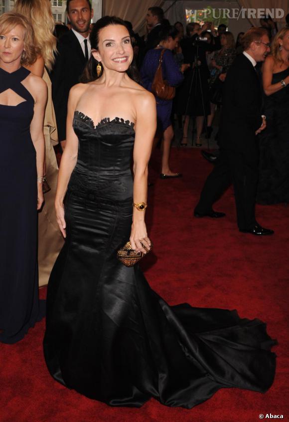 Kristin Davis le sourire aux lèvres dans une longue robe bustier