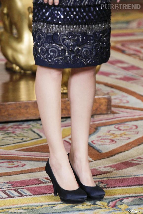 Letizia Ortiz, perchée sur des sandales satinées noires, parfaites pour étirer sa silhouette.