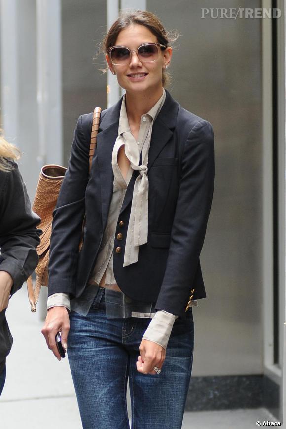 Katie Holmes de nouveau stylée dans les rues de New York opte pour un jean ajusté et un veste cintrée marine : chic et urbain !
