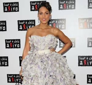Alicia Keys vs. Estelle : quelle robe à plumes préférez-vous ?