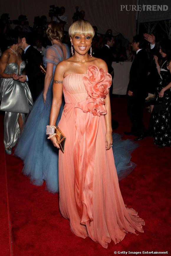 La chanteuse Mary J Blige joue la carte du romantisme avec cette robe longue rose saumon froufroutante