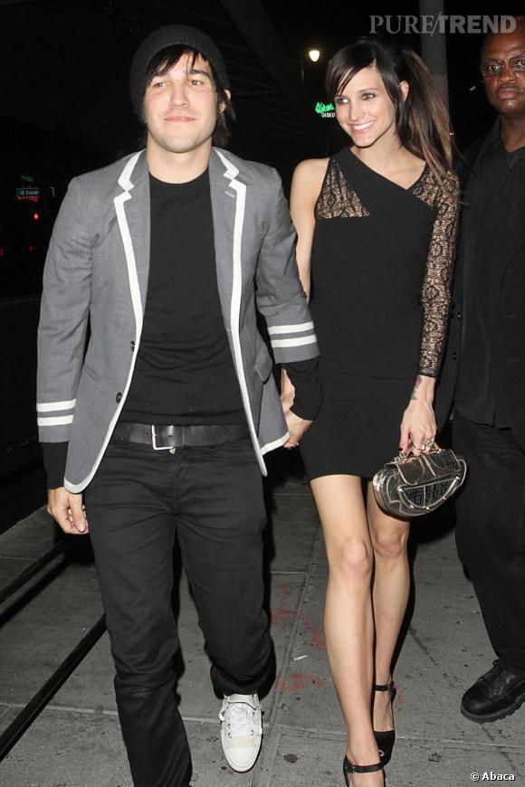 Ashlee Simpson en robe noire style rock'mantique.