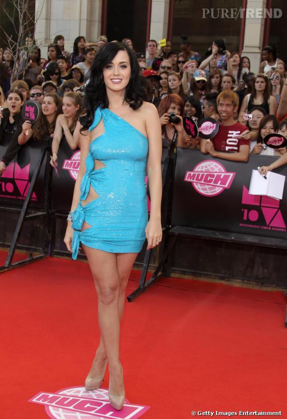 Katy Perry, qui fait toujours dans la discrètion, choisit un modèle noué bleu pop.