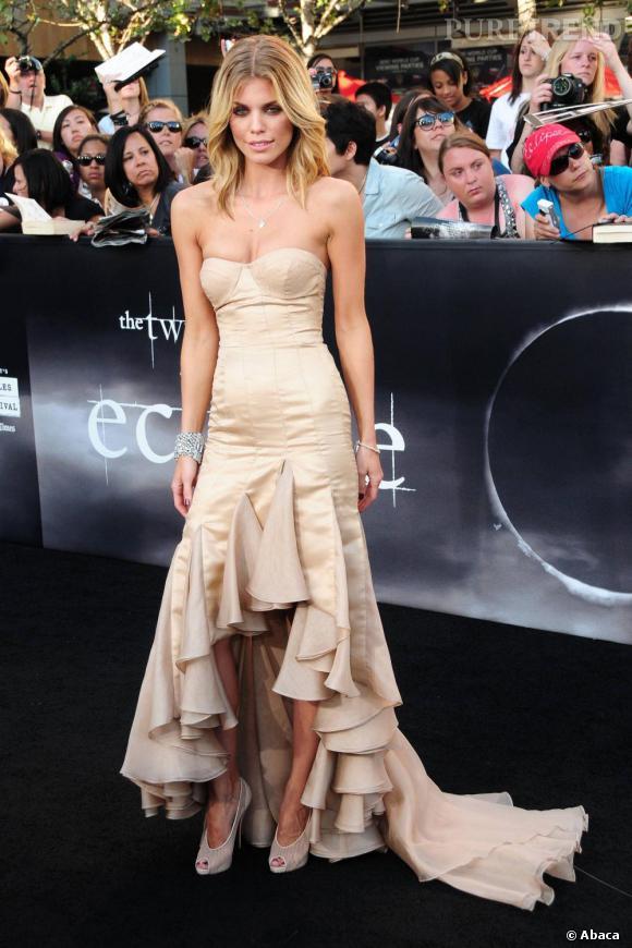 AnnaLynne McCord en robe Nicole Miller dorée à la premiere de Twilight : Hesitation