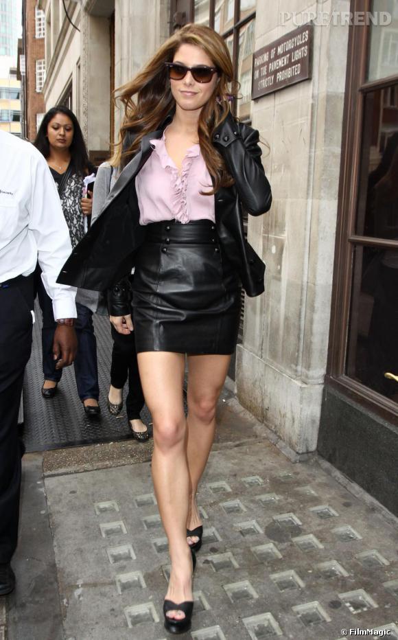 Ashley Greene sort le cuir à Londres.