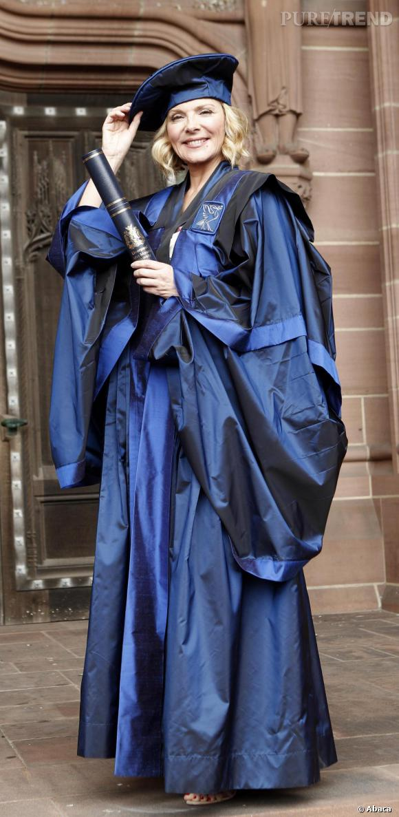 Kim Cattrall devant la Cathédrale Anglicane de Liverpool.