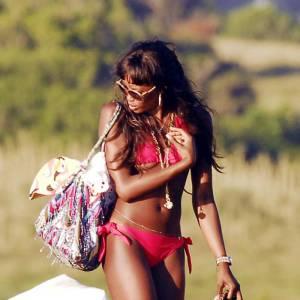 Deux pièces roses également pour Naomi qui n'oublie pas sa panoplie de bijoux sur la plage.