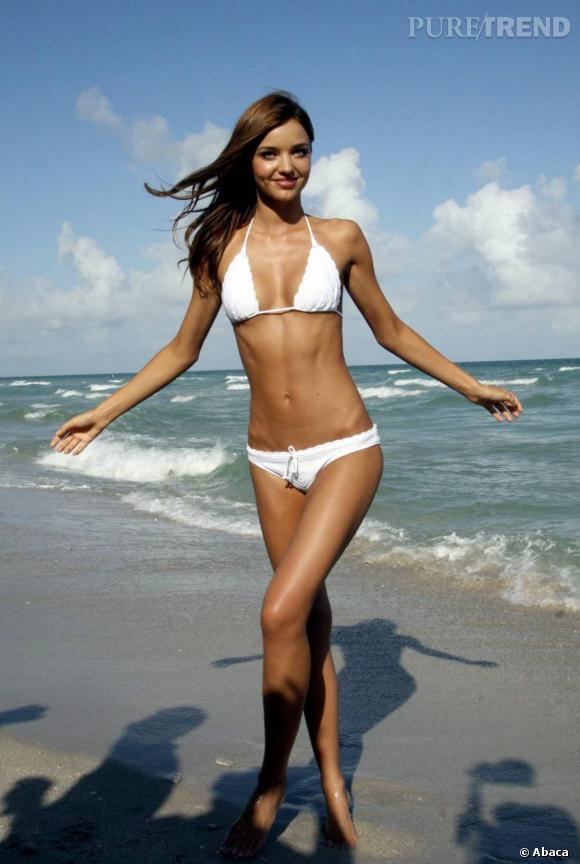 Miranda reste tendance sur la plage avec un top couvert de dentelles qui fait ainsi écho avec un bas légèrement froufroutant. Deux détails phare de la saison.