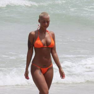Un total look orange pour Amber, minimaliste sur la playa.