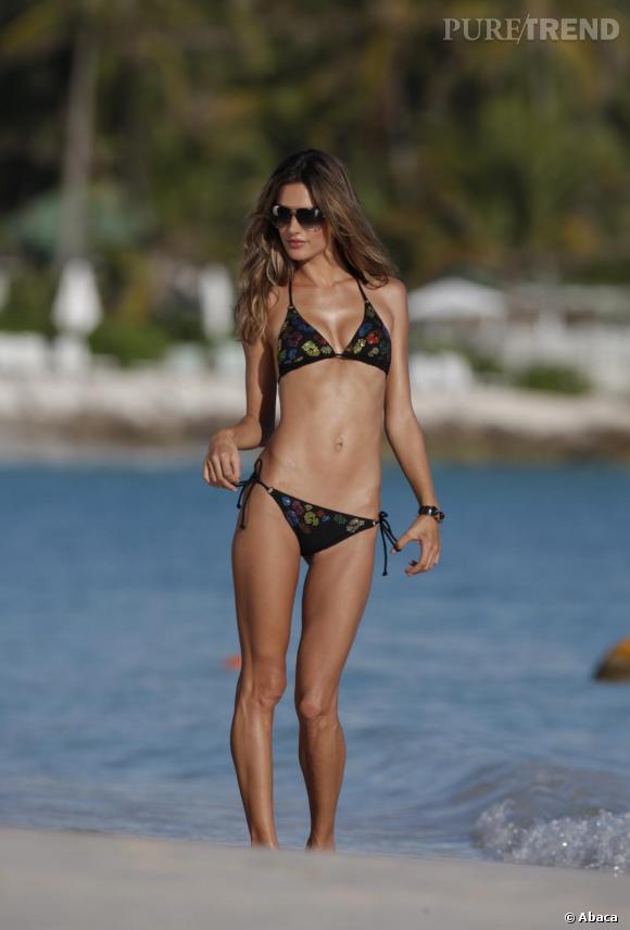 Bikini noir imprimé très ajusté pour Alessandra qui flatte ainsi ses formes discrètes. Bien joué.
