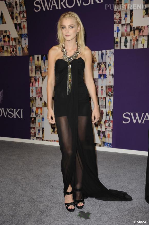 La jolie Jessica Stam ose la longue robe transparente signée Giambattista Valli pour les CFDA 2010.