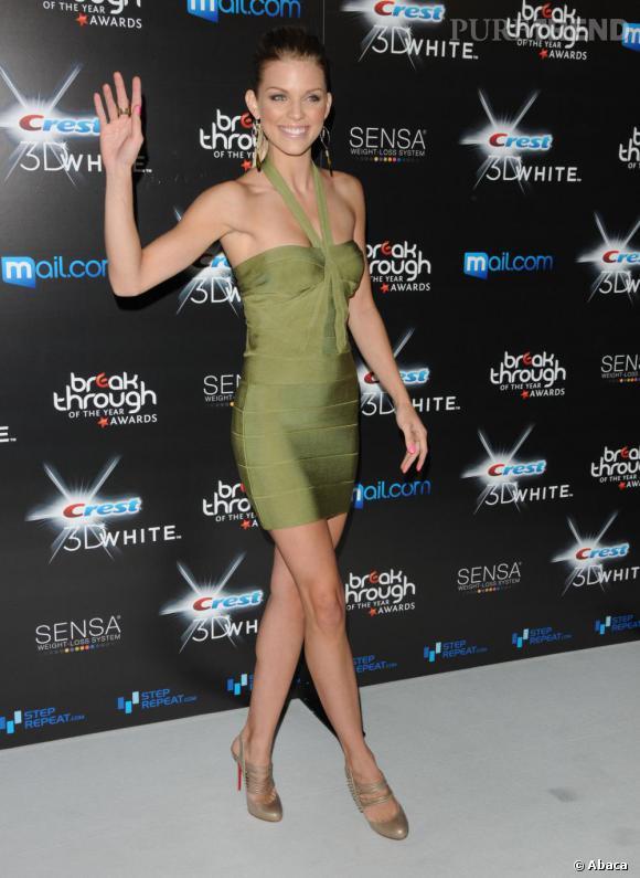 Annalynne McCord coordonne sa robe vert olive avec des escarpins nude signés Christian Louboutin.