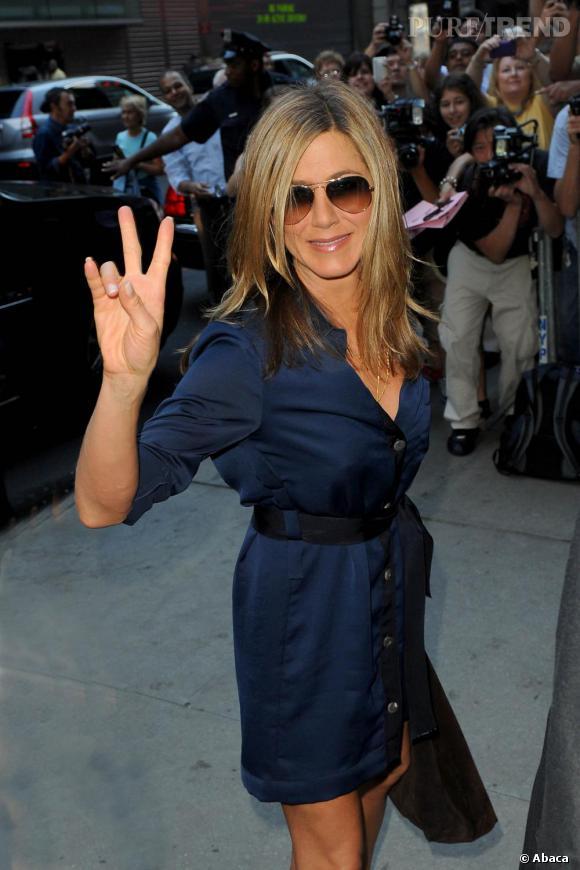 Jennifer Aniston opte pour un look cool et sexy en robe en satin.