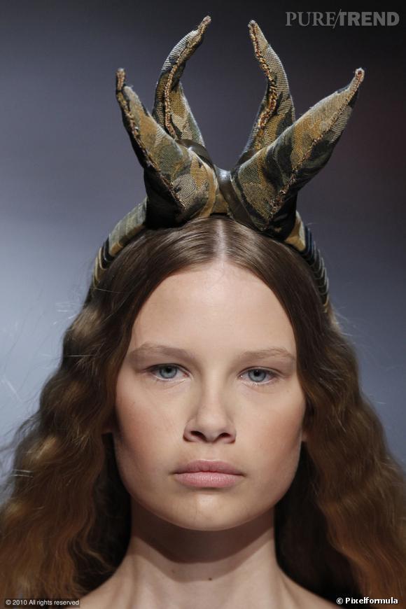 """C comme Cerf  ...    On range ses oreilles de lapin. Feu le bunny look, cette saison, on ouvre son manuel de  chasse et pêche . Et pour une allure résolument plus nature, on adopte les cornes de cerf. Créé par Jean Charles de Castelbajac, le serre-tête cerf, rebaptisé """"cerf tête"""", est le nouveau must have des bêtes de mode..."""