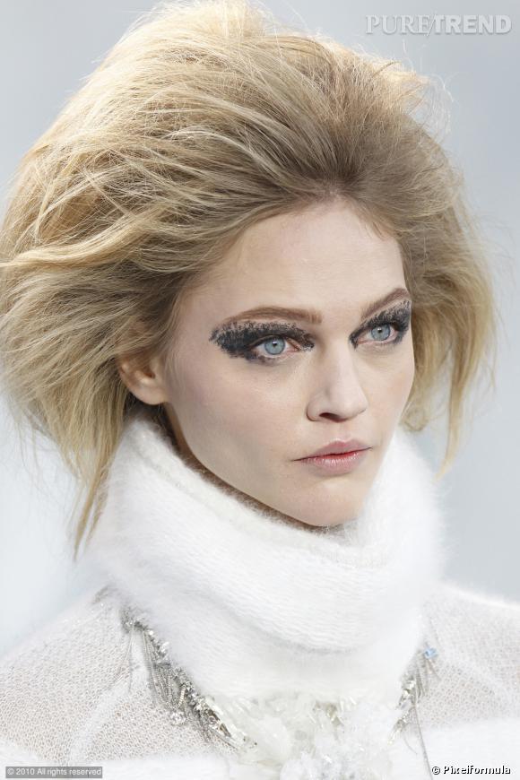G comme Givré ...     Peter Philipps, le directeur artistique du maquillage chez Chanel revisite le smocky eye, il le fait fondre dans de la glace pour un effet craquelé comme givré.