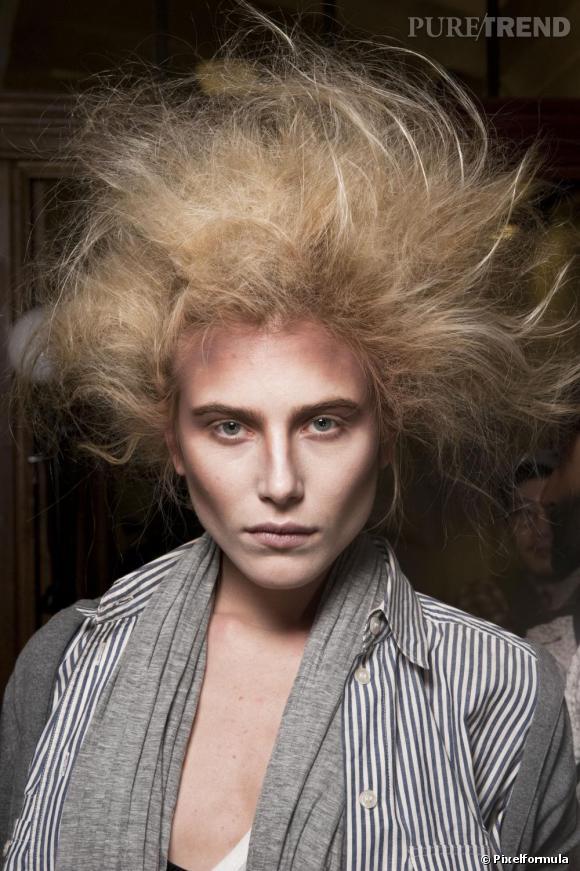 I comme Indomptable...      La masse capillaire se souffle, se crêpe et se libère. Vivienne Westwood annonce une année capillaire anarchiste. Pour les plus sages, on suit la tendance couture du défilé Chanel : La chevelure s'adopte légèrement ébouriffée à la Carine Roitfeld...