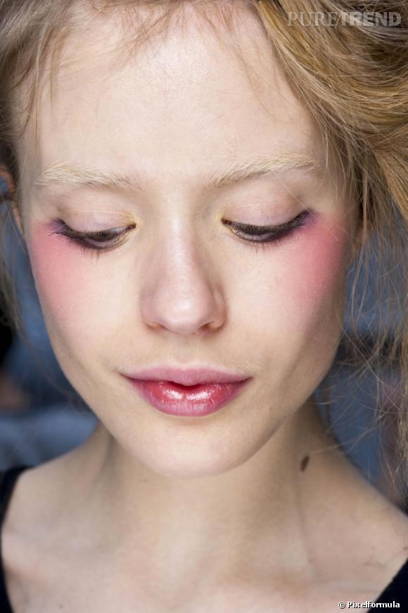J comme Joues ...     Ushiide, Le célèbre make-up artist de la maison Shu Uemura s'amuse avec les joues, le blush se porte juste à la naissance des pommettes. Le fard à paupières s'inverse, il devient blush rose poudré...