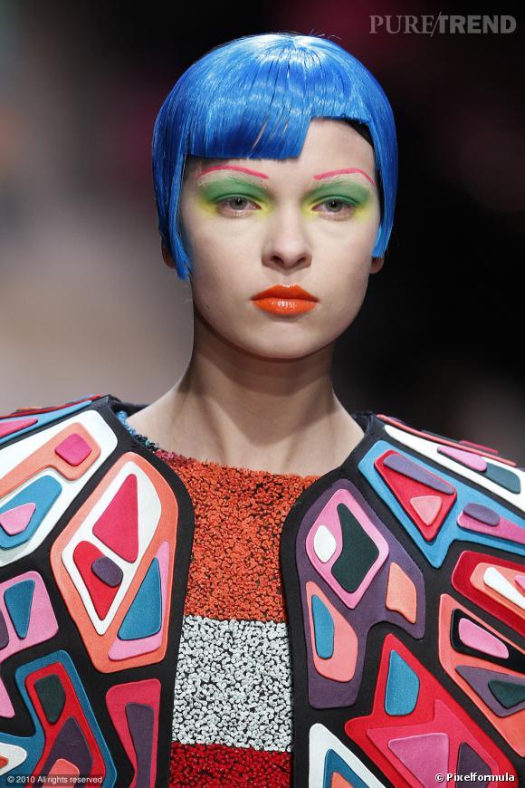 K comme Klein...     Le bleu de méthylène s'impose comme une couleur capillaire, version nuances bleutées au défilé Proenza Schouler,   en bleu klein chez Manish Arora  , le bleu sort du dressing pour s'adopter aisément en couleur de cheveux.