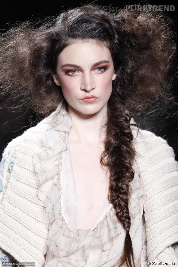 Q comme quatre branches   ...    John Galliano pour Dior enrichit la natte en lui ajoutant une mèche. La tresse change de partition et se joue en quatuor...