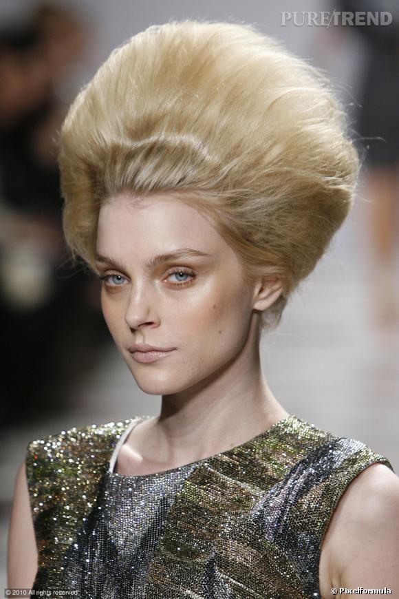 V comme Volume     Les cheveux défient la loi de la gravité, ils ne retombent plus mais s'élèvent. Les défilés Giles, Prada, Karl Lagerfeld, Chanel optent pour le volume XXL. Le chignon s'adopte dorénavant soufflé...
