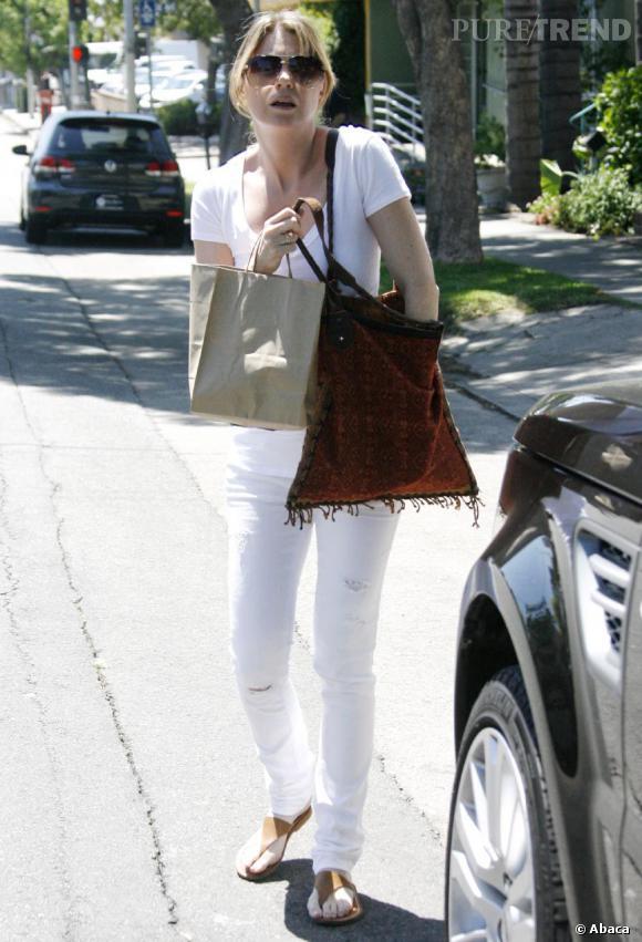 Ellen Pompeo en total look blanc n'a pourtant rien d'une infirmière.