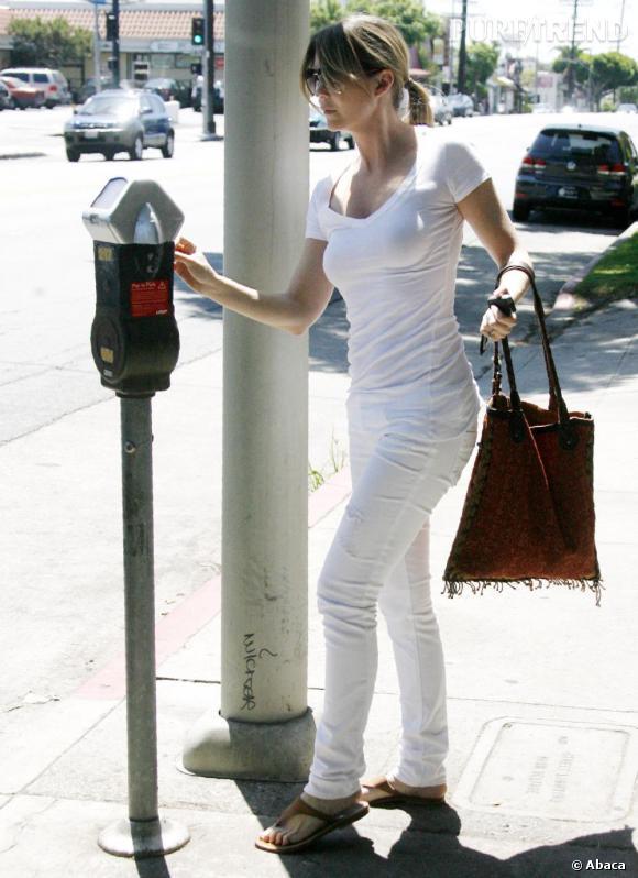 Ellen Pompeo ose la pantalon pantalon blanc et affiche un look casual chic.