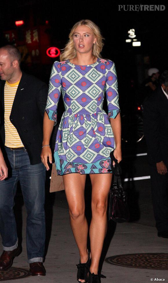 Maria Sharapova glamour en petite robe et imprimé ethnique.
