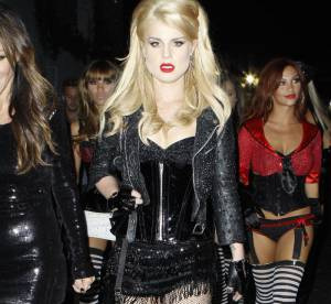 Kelly Osbourne, ultra sexy, joue les effeuilleuses