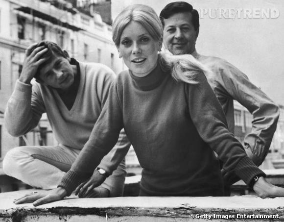 1964 : Catherine Deneuve adopte la queue de cheval basse, une raie au milieu. La coiffure se décontracte pour un effet plus bohème...
