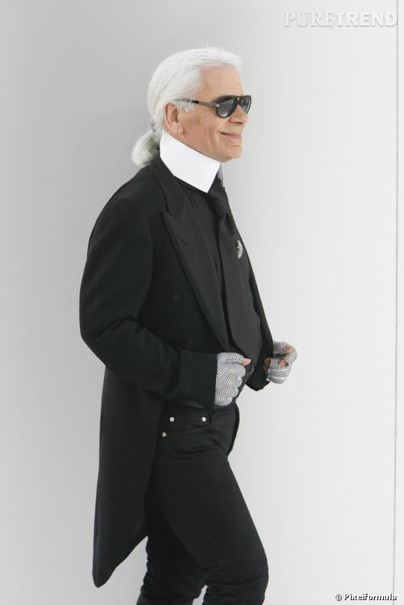 2009 : Karl Lagerfeld ne serait plus sans sa mythique queue de cheval bien brushée et soufflée au shampoing sec.