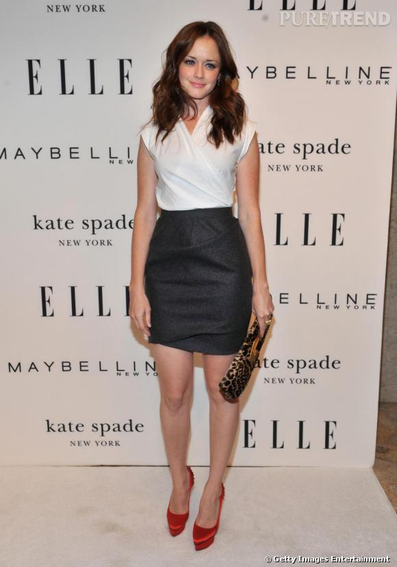 Une parfaite tenue pour aller travailler. Elégante et très féminine, Alexis opte pour une jupe courte mais à la longueur raisonnable, idéale pour le bureau.