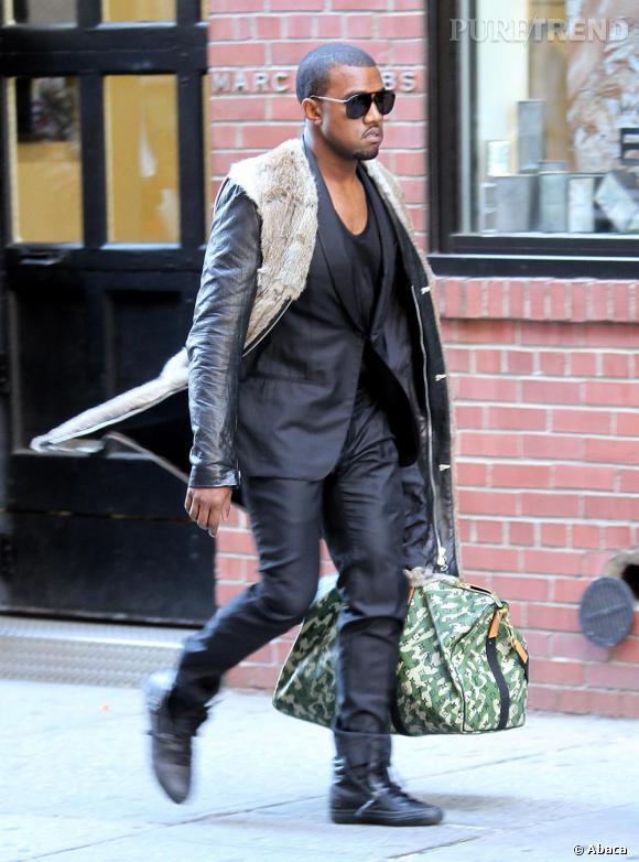 Kanye West ose la peau de mouton sans manche par dessus son costume noir.