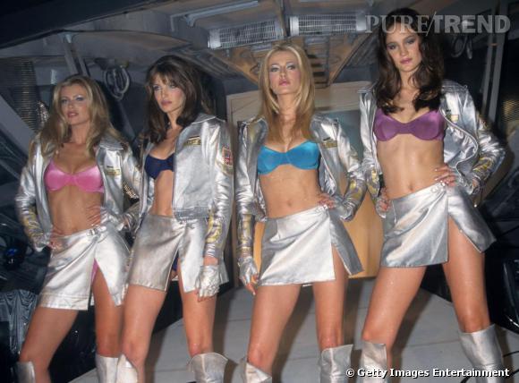 Une toute autre image des Anges de Victoria's secret ! Ici la photo prise en 1996 montre un look totalement 90's.