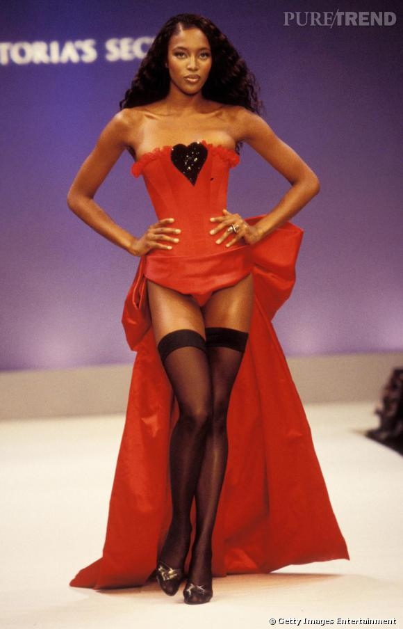 Naomi Campbell, sexy en total look rouge.