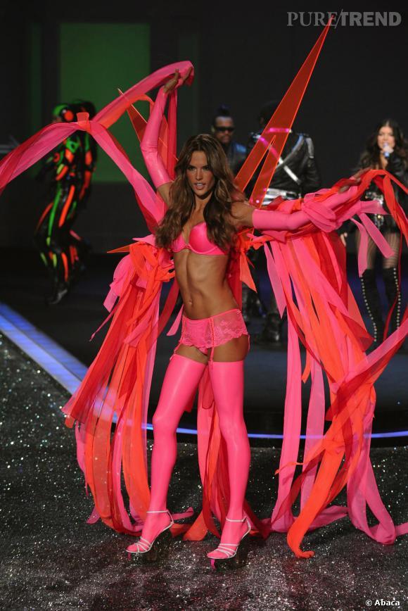 Alessandra Ambrosio ouvre le bal pour le défilé 2009.