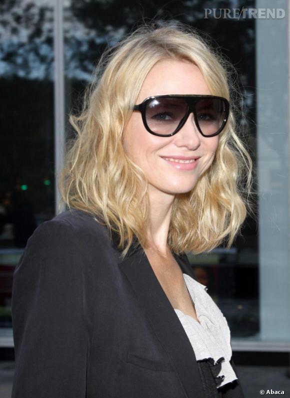 Naomi Watts se cache un peu trop derrière ses lunettes XXL.