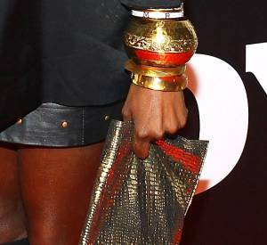 Amoncellement de lourde breloques et un sac doré, Estelle fait dans la lourdeur.