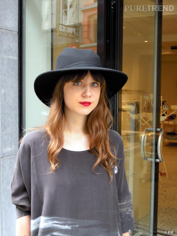 C'est quoi le style Belge ? Aude,  co-fondatrice de Hunting and Collecting, espace de mode et d'art à Bruxelles, porte une robe imprimée et un chapeau Stine Goya. Elle aime mélanger les pièces de marques indépendantes qu'elle propose dans sa boutique.