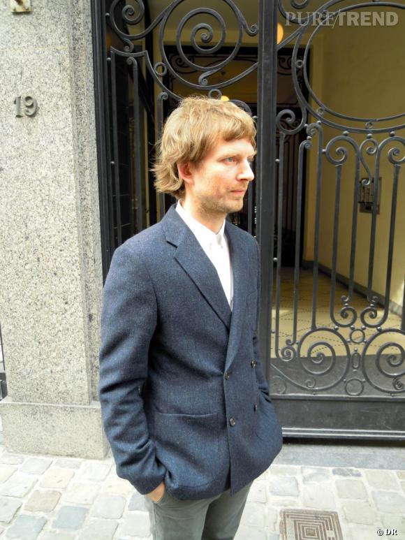 C'est quoi le style Belge ?     Niels, co-fondateur de Hunting and Collecting à Bruxelles, aime les pièces simples et structurées, comme cette veste grise à double boutonnage. Il avoue un faible pour les marques japonaises,les marques indépendantes   et le style scandinave.