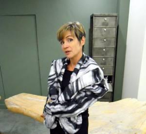 C'est quoi le style Belge ? Sonja, présidente de l'association Modo Brussels - dont le but est de promouvoir le travail des designers vivant et travaillant à Bruxelles - porte une veste imprimée en soie matelassée d'Ada Zanditon avec une petite robe noire ultra-chic.